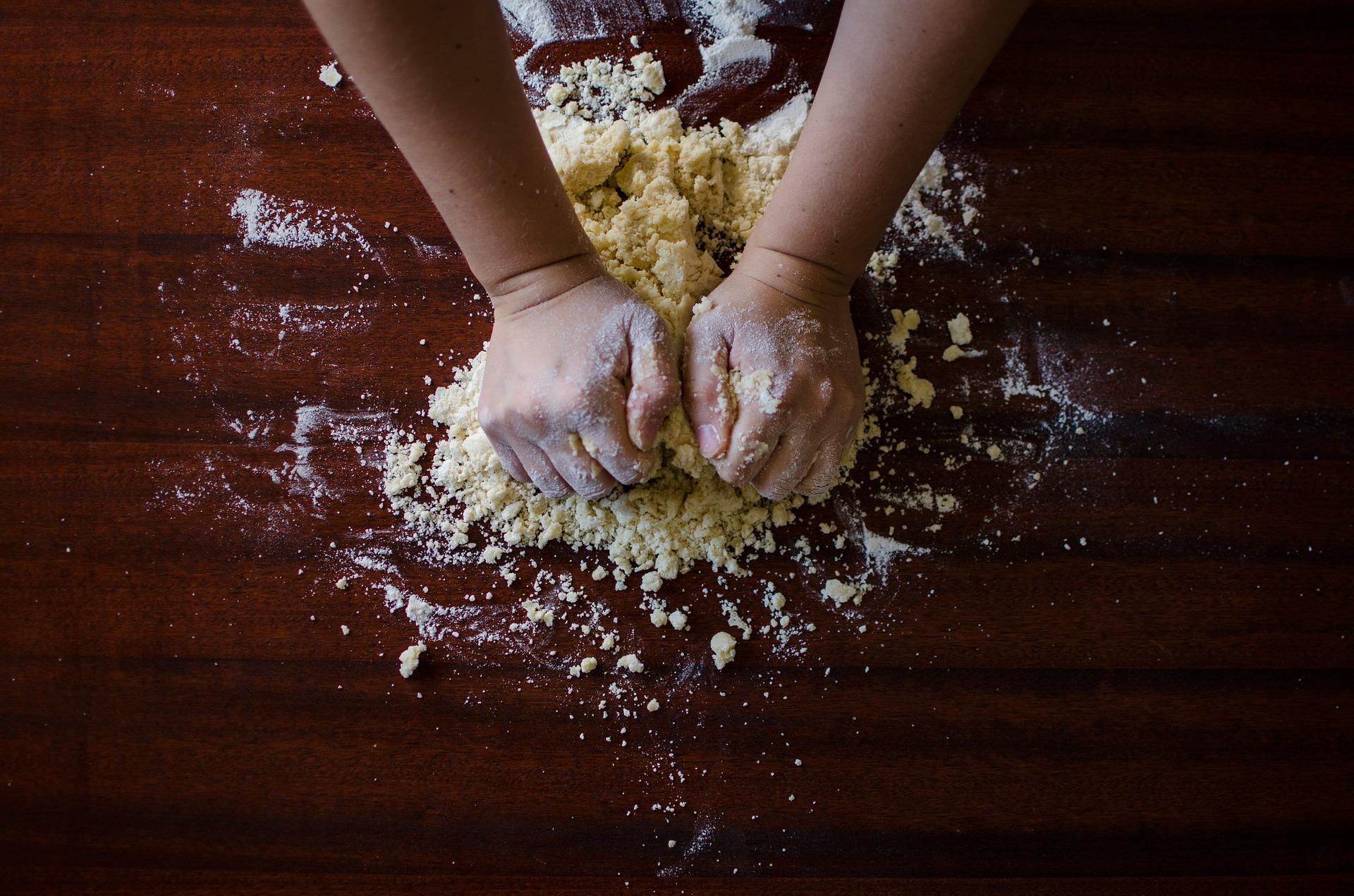 mani in pasta nelle dark kitchen